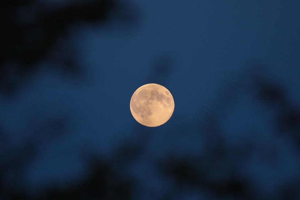 АСТРО СЪВЕТИ: Най-дългото лунно затъмнение за века е довечера!