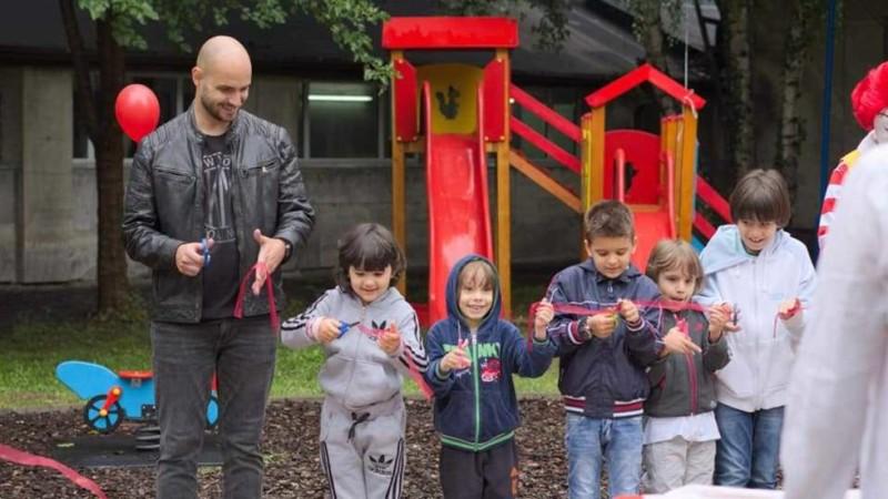 Поетът Мартин Стратиев събра дарения за детска площадка в ИСУЛ