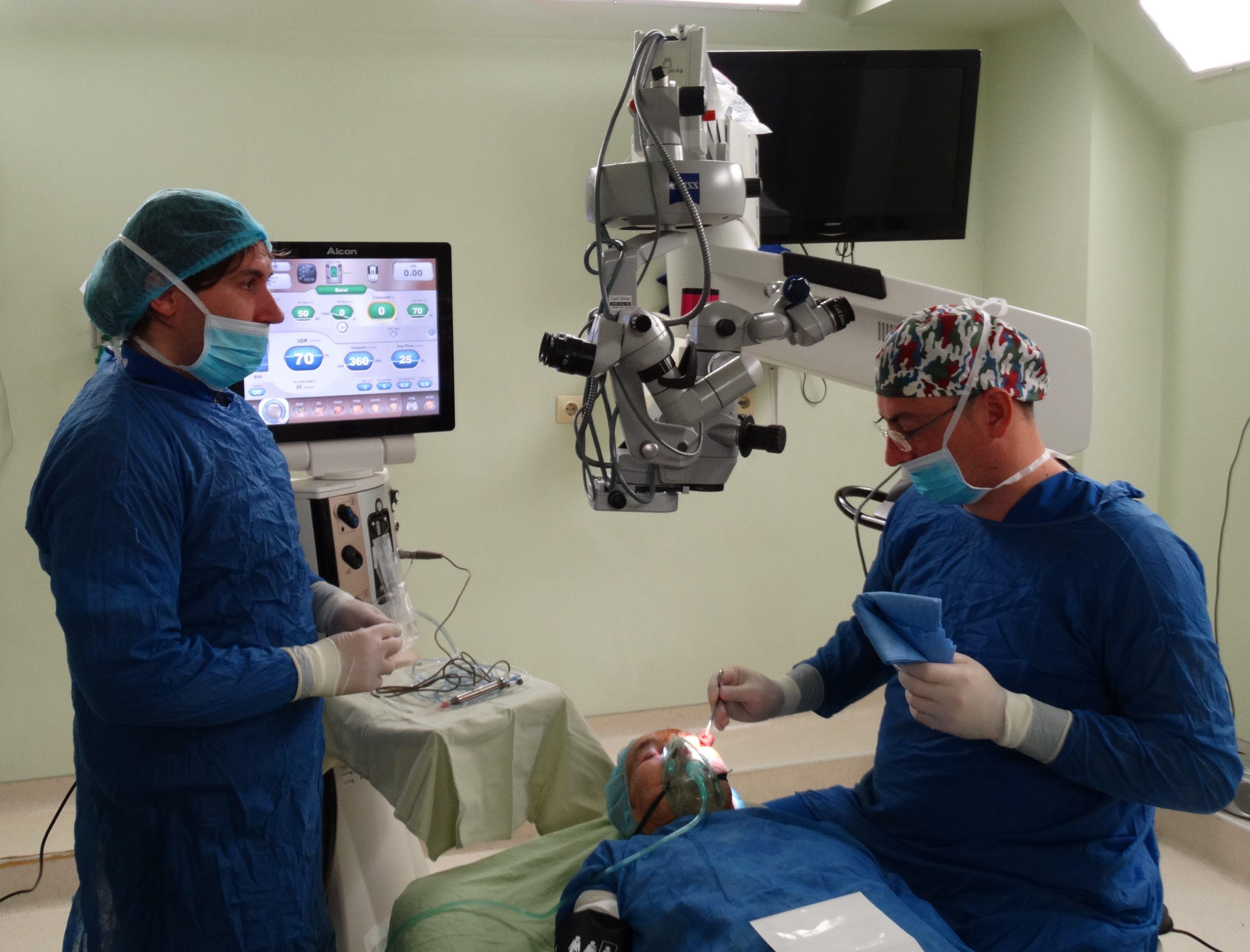 """Баба Анка получи коледен подарък от очните лекари в МБАЛ """"Централ Хоспитал"""""""