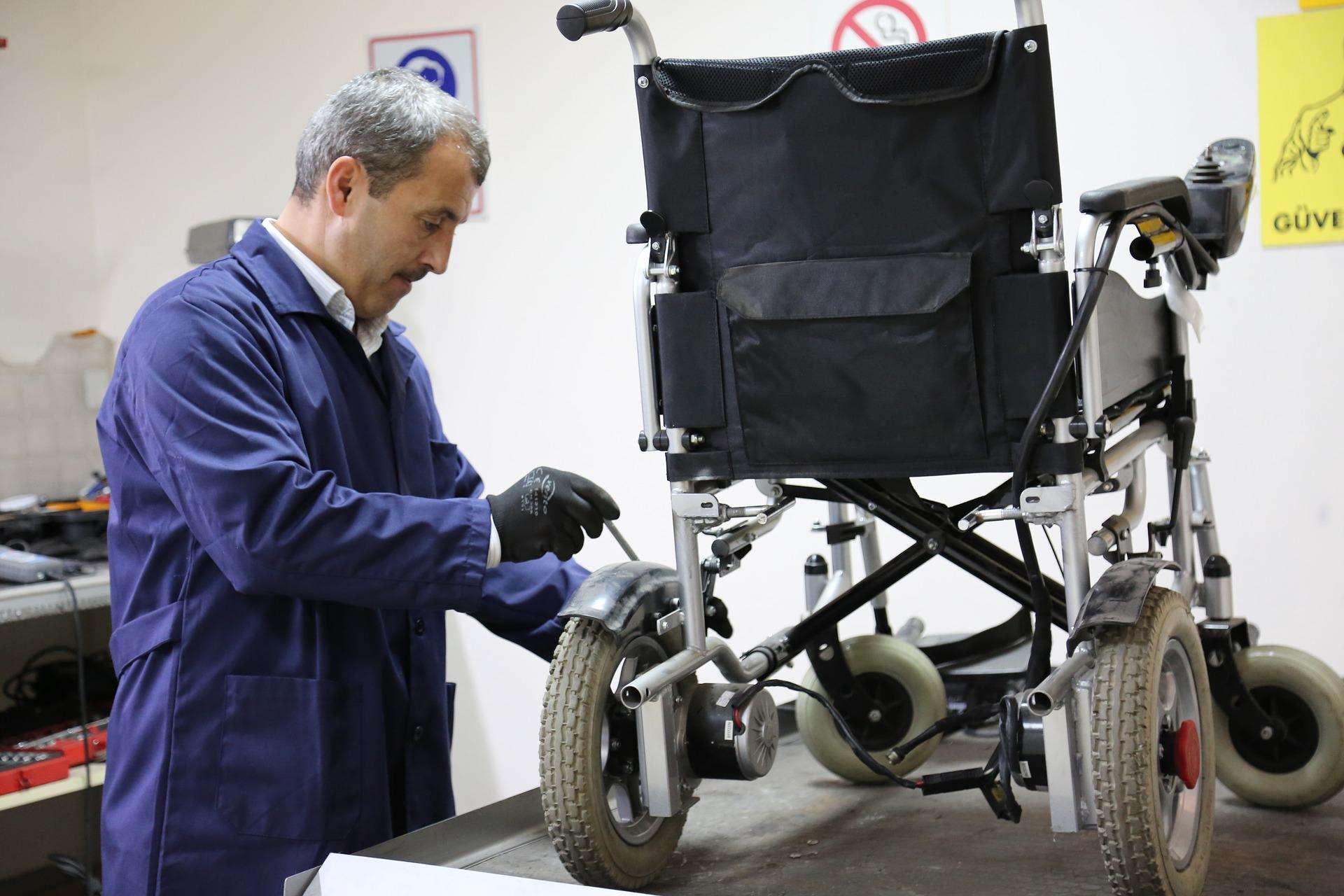 БЕЗПЛАТНИ инвалидни колички, столове, проходилки, слухови и говорни апарати