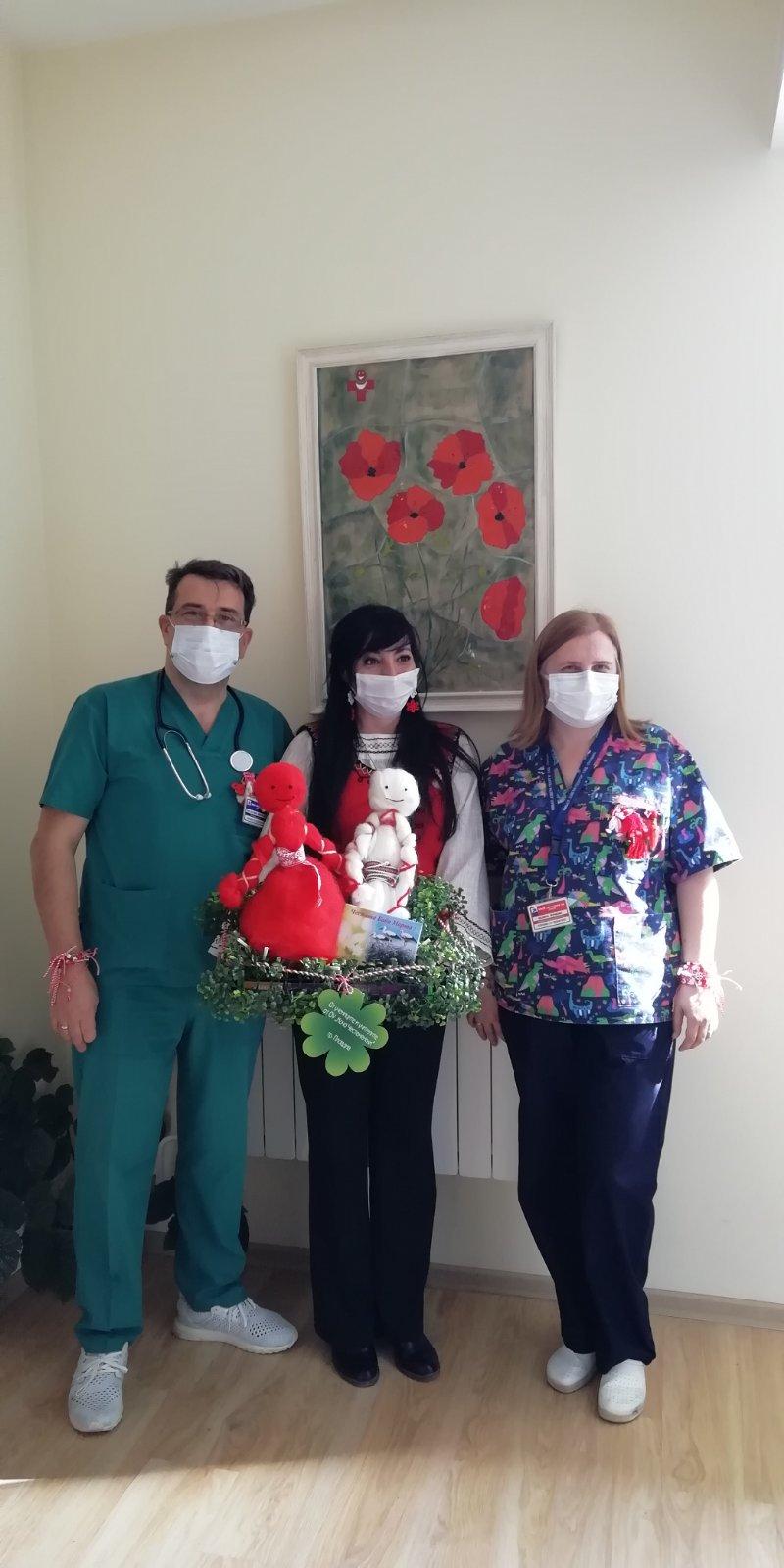 """Бяла лястовица и автентични мартеници подариха  на Клиниката по педиатрия на УМБАЛ """"Свети Георги"""" деца от ДГ """"Мирослава"""""""