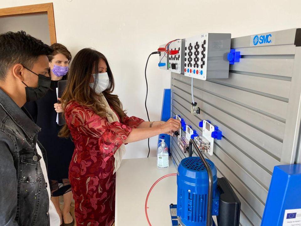 Американският посланик и пловдивски ученик свързаха кабели в обучителния център на Тракия икономическа зона