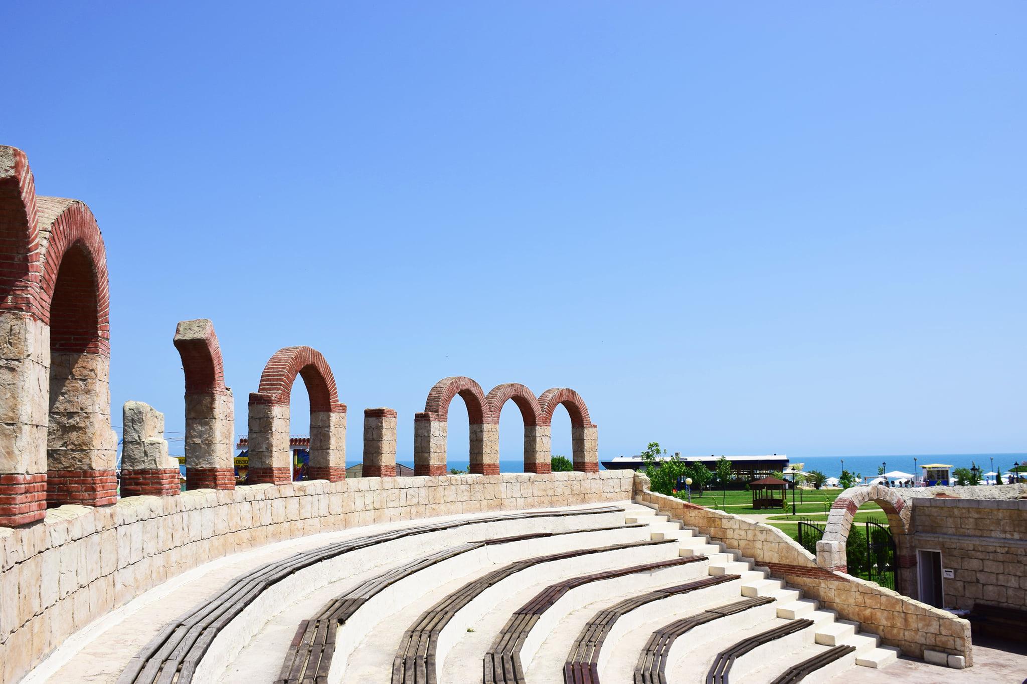 Обзор е лидер в семейния туризъм  с 10 км плаж,  конкурентни цени и древна история