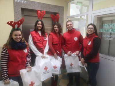 Еленчетата на Дядо Коледа долетяха при децата в болница