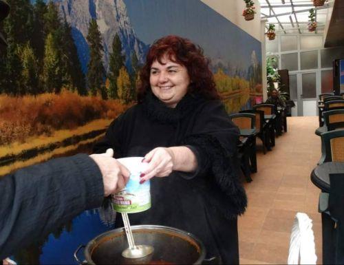 """Директорката на Езикова гимназия """"Иван Вазов"""" Вихра Ерамян в кампания """"Топъл обяд"""""""