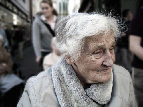 Наивността в старческа възраст - знак за деменция?